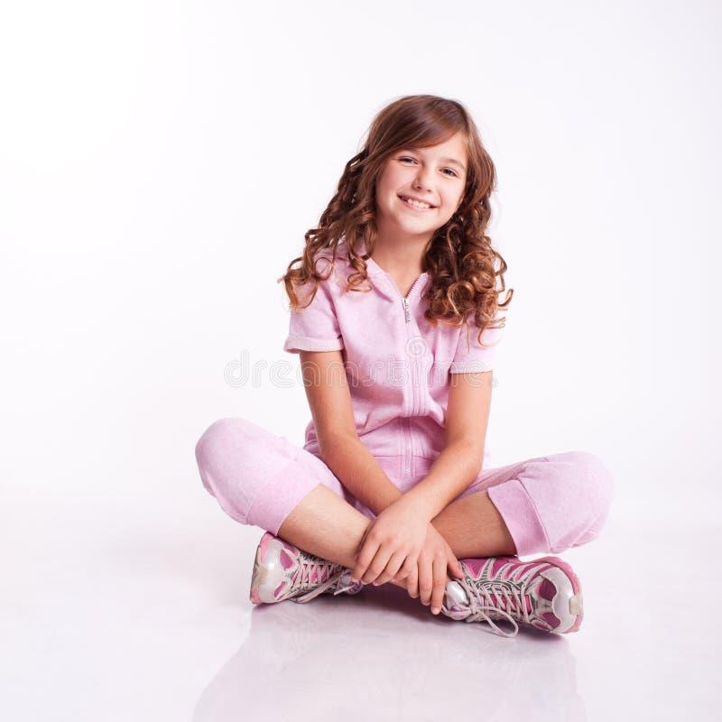 Uśmiechnięta dzieciak dziewczyna w sporty odziewa zdjęcie stock