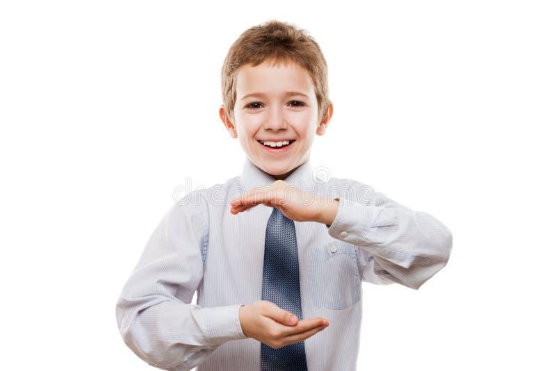 Uśmiechnięta dziecko chłopiec ręka trzyma niewidzialną sferę lub kulę ziemską zdjęcia stock