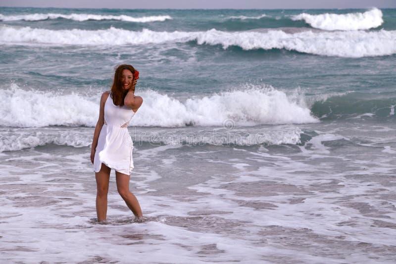 Uśmiechnięta dziewczyna blisko oceanu obraz stock
