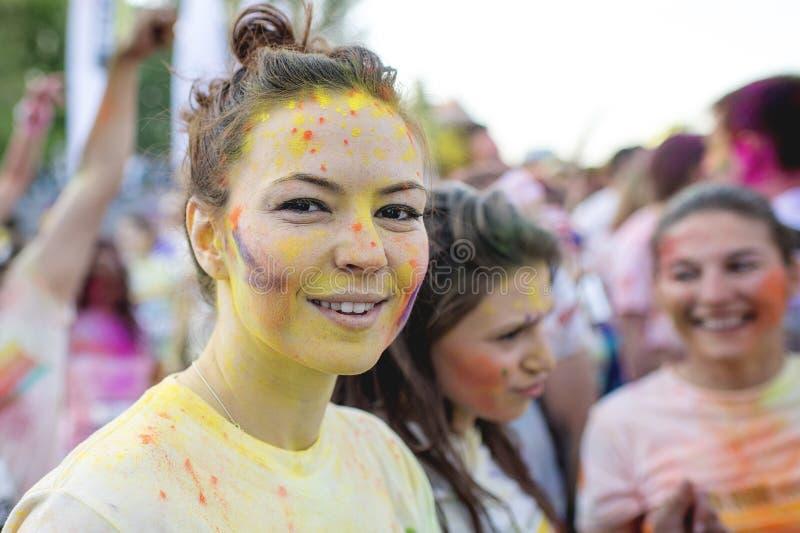 Uśmiechnięta dziewczyna cieszy się kolor Biega Bucharest Szczęśliwy 5k na planecie! fotografia royalty free