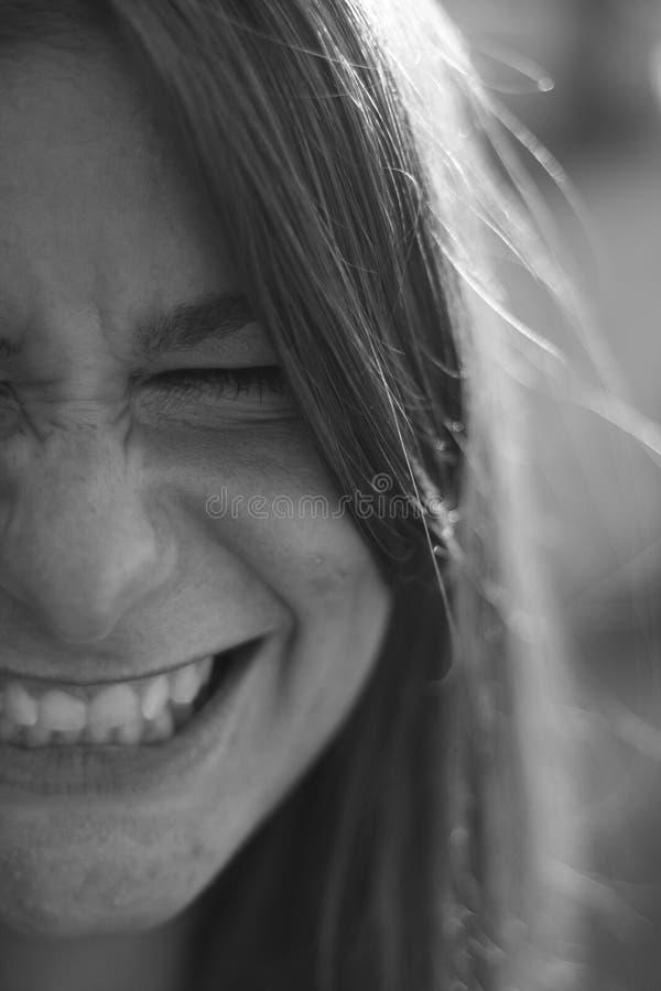 Uśmiechnięta dziewczyna, czarny i biały przyrodni twarzy zakończenie w górę portreta fotografia royalty free