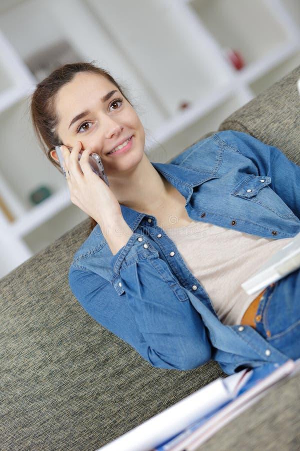Uśmiechnięta dziewczyna dzwoni na smartphone zdjęcia stock