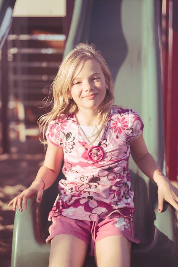 Uśmiechnięta dziewczyna na obruszeniu fotografia royalty free