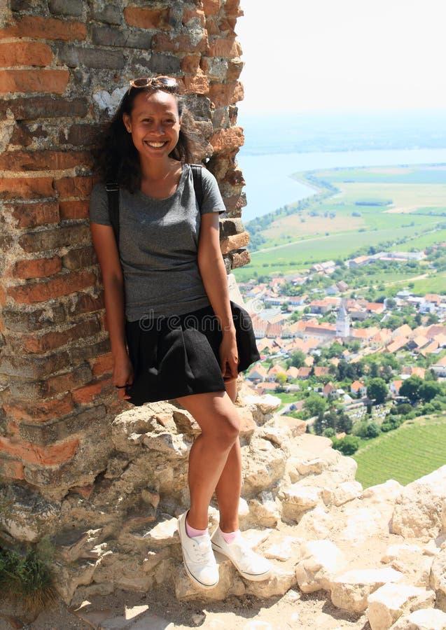 Uśmiechnięta dziewczyna na widoku od Grodowego Devicky na Palava obraz stock