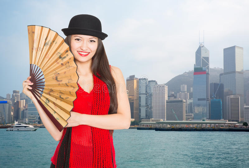 Uśmiechnięta dziewczyna przeciw tłu Hong Kong fotografia stock