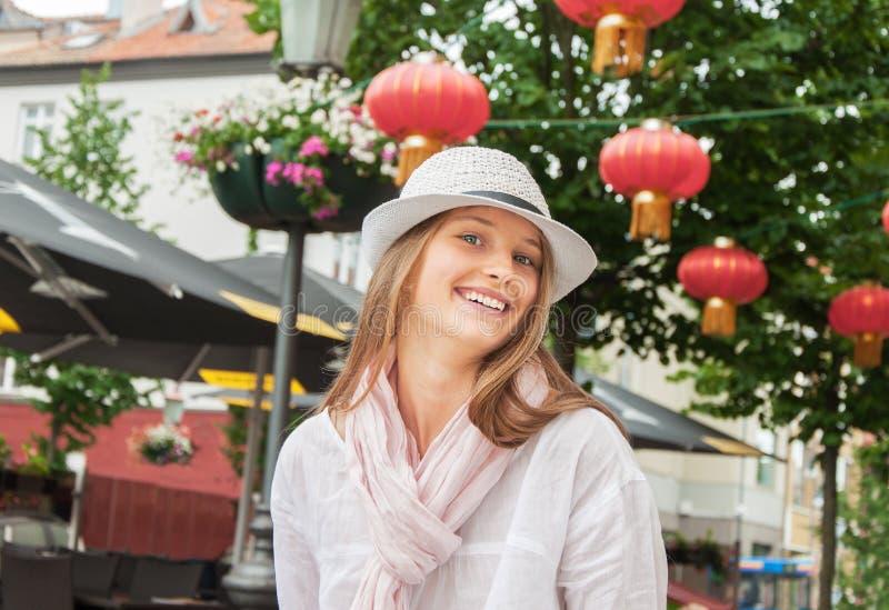 Uśmiechnięta dziewczyna przy chińską restauracją zdjęcie royalty free