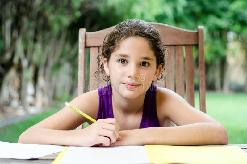 Uśmiechnięta dziewczyna przygotowywająca dla pracy domowej obrazy stock