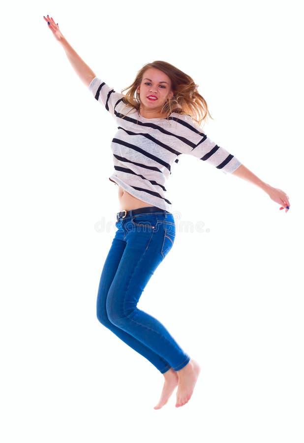 Uśmiechnięta dziewczyna w białym pustym koszulki doskakiwaniu zdjęcie royalty free