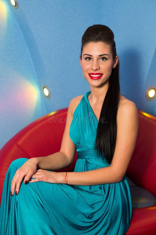 Uśmiechnięta dziewczyna w długiej sukni w studiu fotografia royalty free