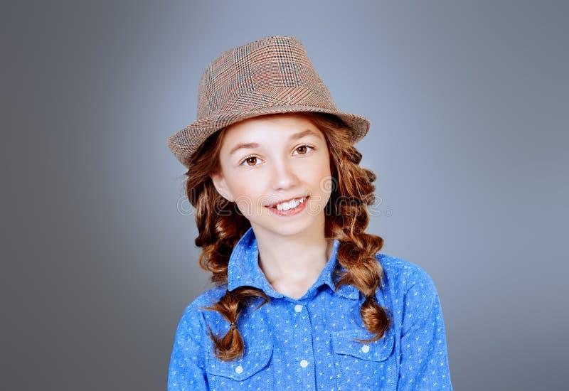Uśmiechnięta dziewczyna w kapeluszu zdjęcia stock