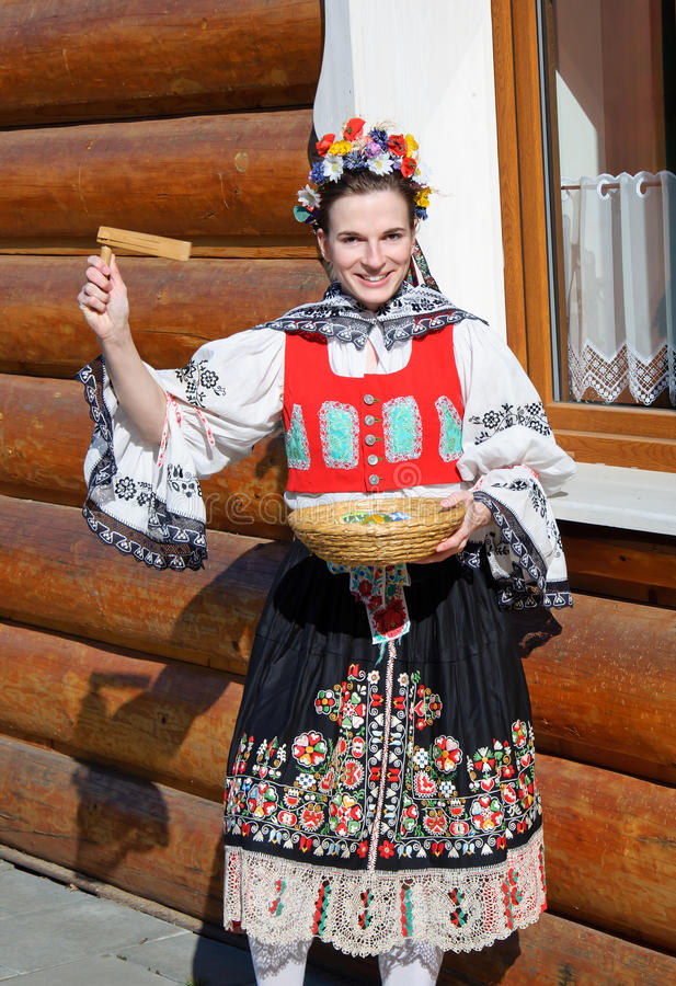 Uśmiechnięta dziewczyna w ludowym kostiumu obrazy stock