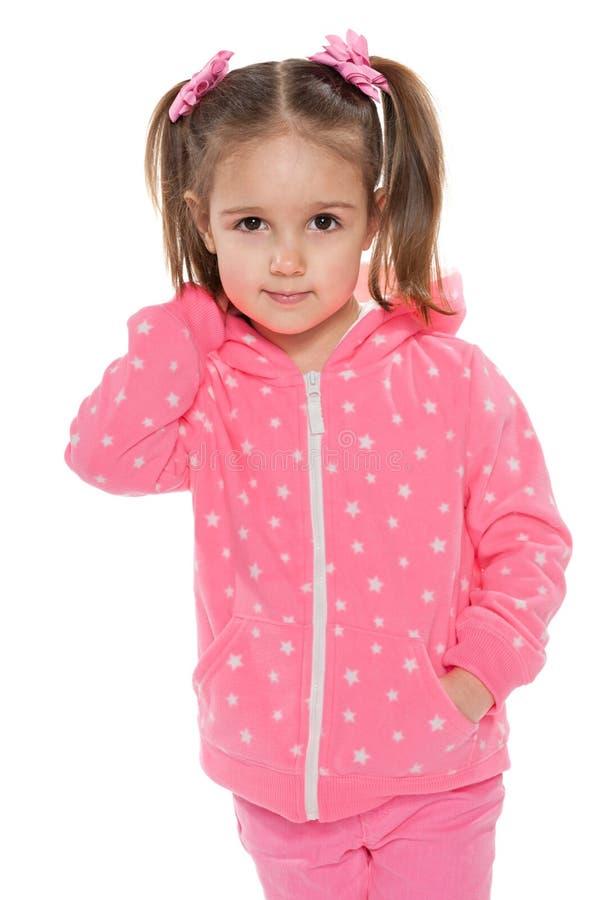 Download Uśmiechnięta Dziewczyna W Menchiach Przeciw Bielowi Obraz Stock - Obraz złożonej z positivity, pozytyw: 41951557