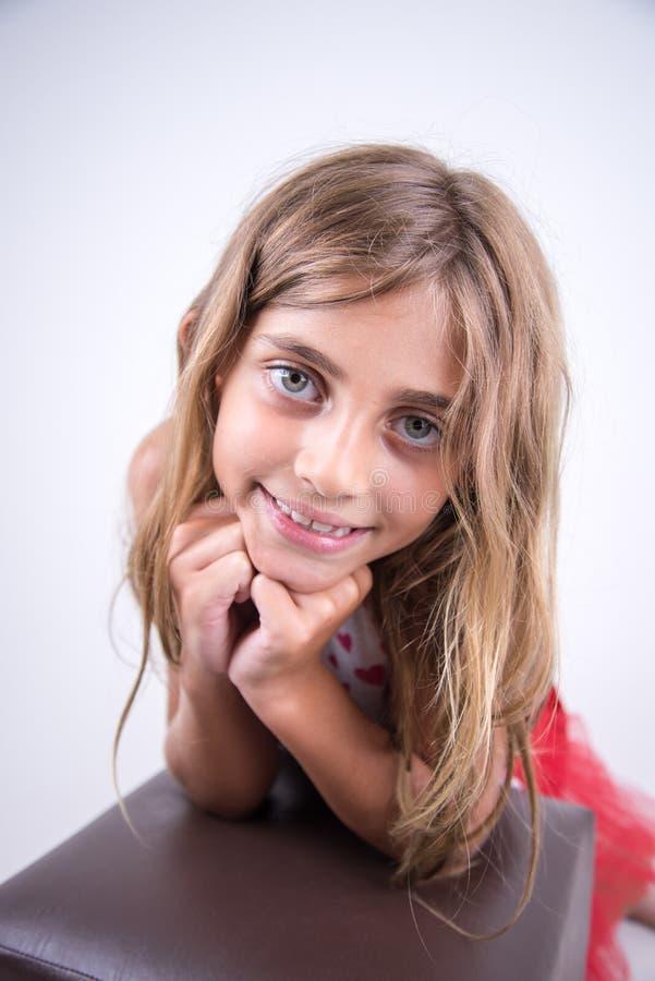 Uśmiechnięta dziewczyna w spokojnym wyrażeniu fotografia royalty free