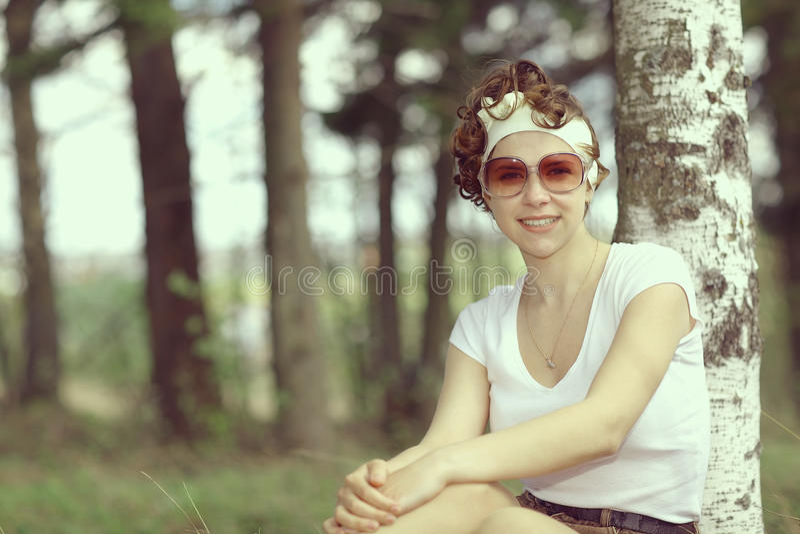 Uśmiechnięta dziewczyna w wiosna lesie obraz stock