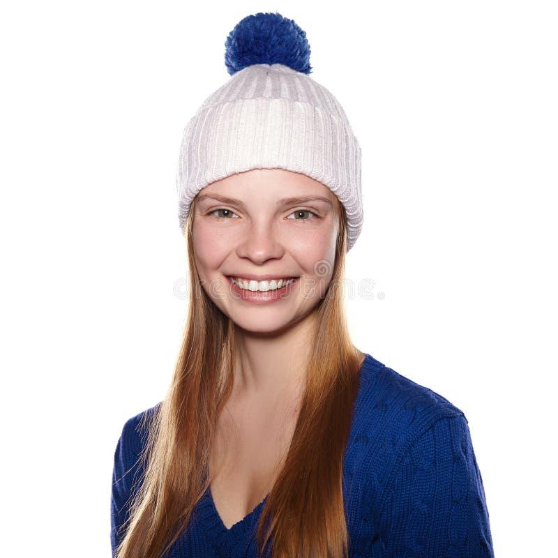 Uśmiechnięta dziewczyna w zimie odziewa na białym tle zdjęcie royalty free
