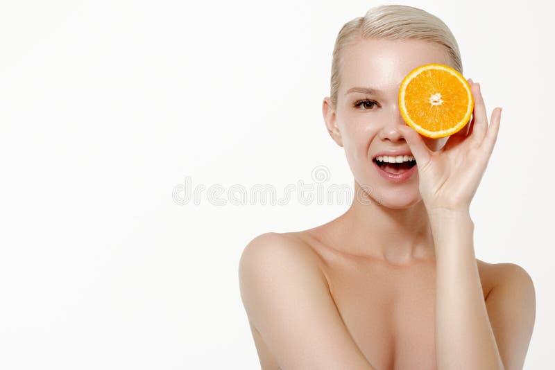 Uśmiechnięta dziewczyna z świeżymi owoc Piękno model bierze soczyste pomarańcze Radosna dziewczyna z piegami Poj?cie zdrowy obraz royalty free