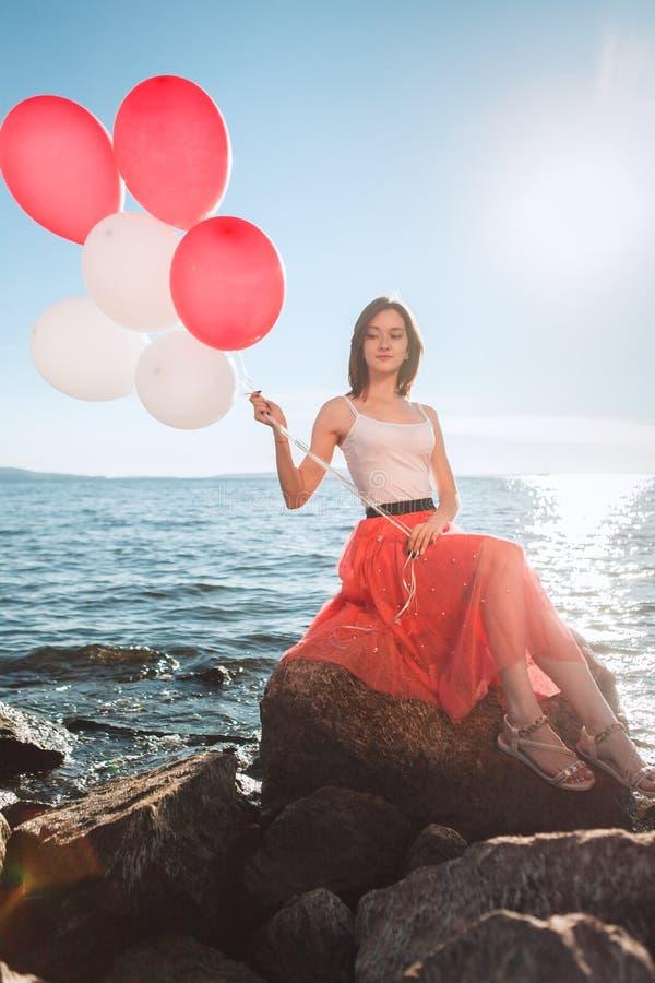 Uśmiechnięta dziewczyna z barwionymi balonami fotografia stock