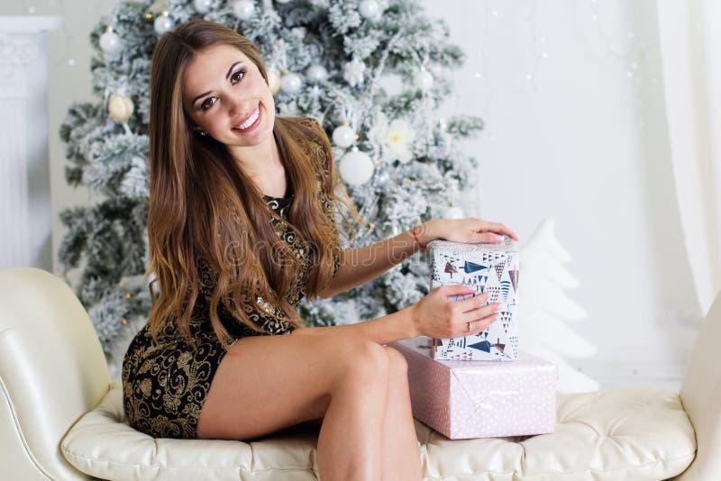 Uśmiechnięta dziewczyna z Bożenarodzeniowymi prezentami zdjęcie royalty free