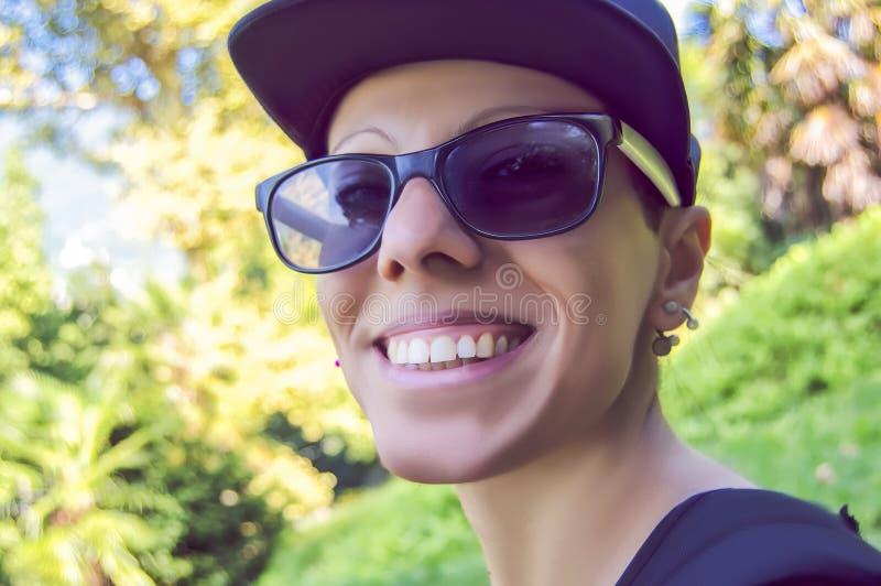 Uśmiechnięta dziewczyna z nakrętką zdjęcia stock
