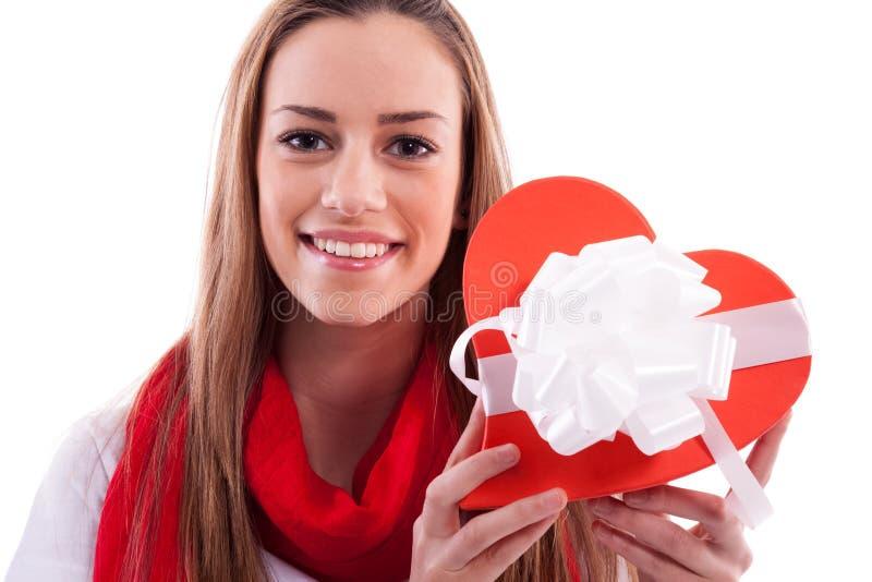Uśmiechnięta dziewczyna z prezenta sercem zdjęcia royalty free