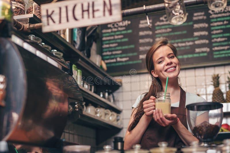 Uśmiechnięta dziewczyna z smoothie fotografia stock