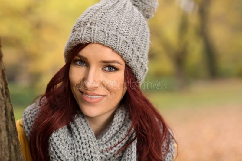 Uśmiechnięta dziewczyna z szalikiem i nakrętką obrazy stock