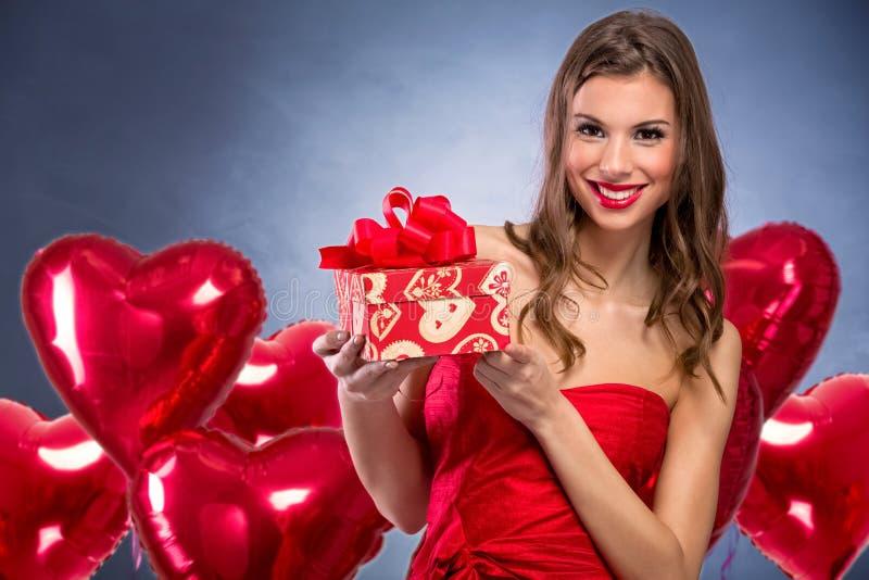 Uśmiechnięta dziewczyna z walentynki ` s prezentem zdjęcie royalty free