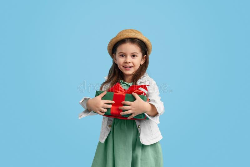 Uśmiechnięta dziewczyna z zawijającą teraźniejszością zdjęcia stock
