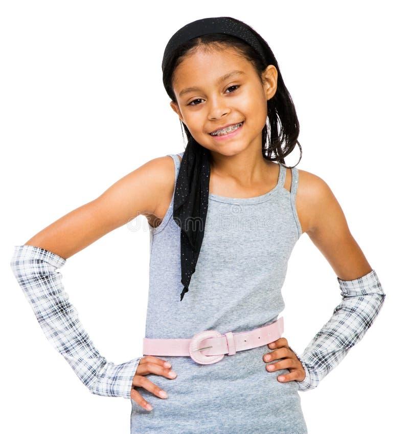 uśmiechnięta dziewczyny pozycja zdjęcie royalty free