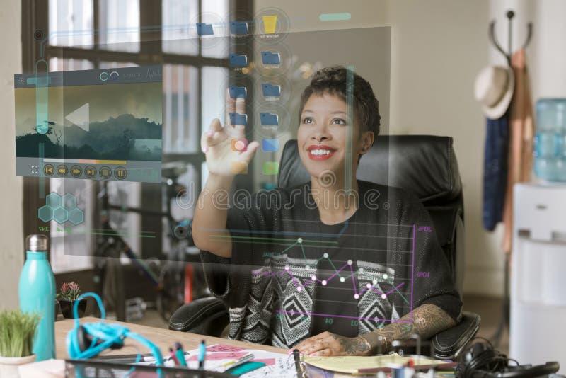 Uśmiechnięta Fachowa kobieta Działa Futurystycznego Desktop Comput fotografia stock