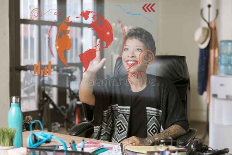 Uśmiechnięta Fachowa kobieta Działa Futurystycznego Komputerowego piarg zdjęcie royalty free
