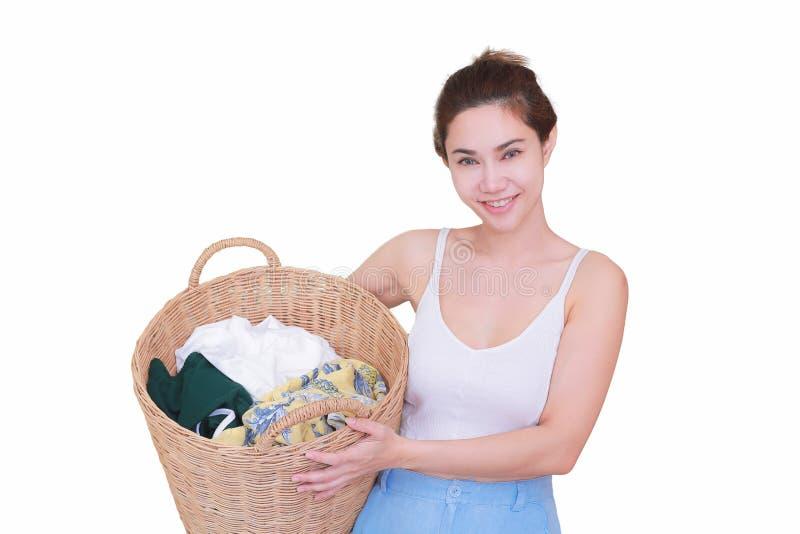Uśmiechnięta gospodyni domowa pozuje z koszem odizolowywał białego tło obrazy royalty free
