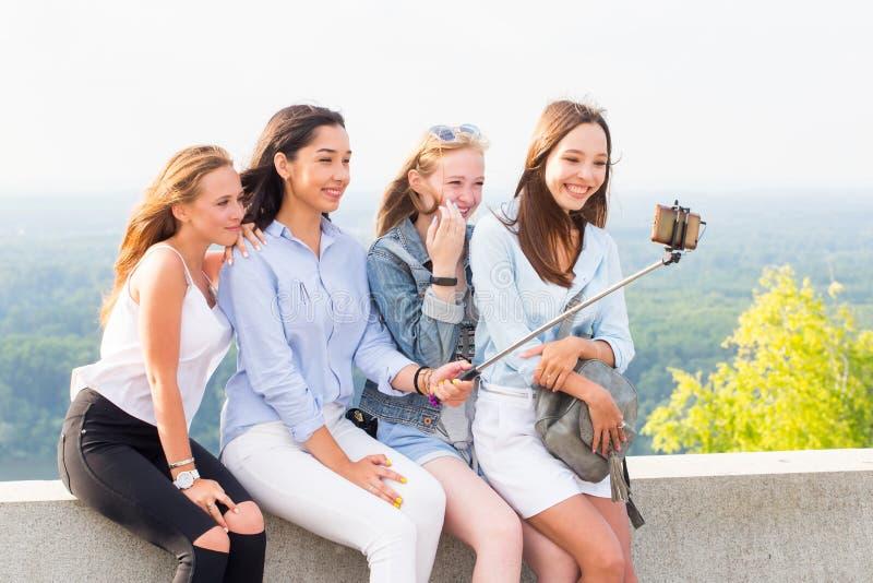 Uśmiechnięta grupa młode kobiety bierze selfie w naturze obraz royalty free