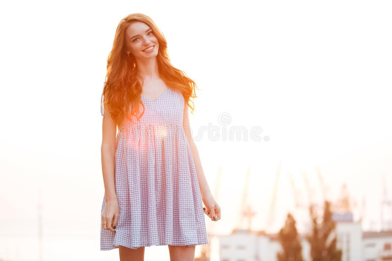 Uśmiechnięta Imbirowa dziewczyna w sukni fotografia royalty free