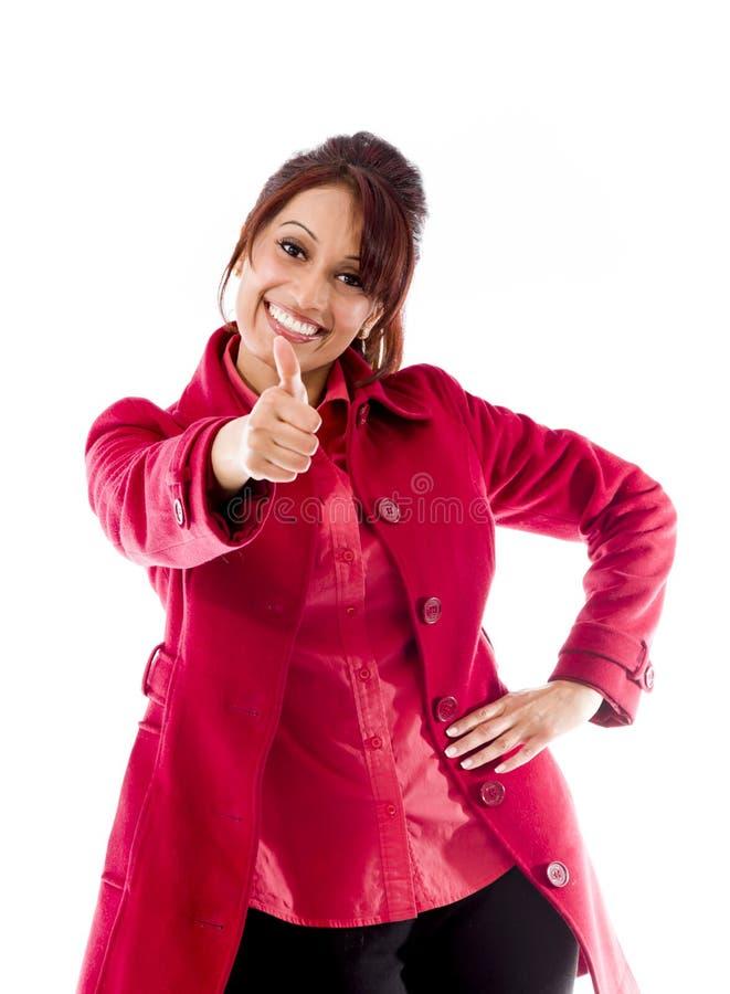 Download Uśmiechnięta Indiańska Młoda Kobieta Pokazuje Kciuk Up Podpisuje Odosobnionego Na Białym Tle Zdjęcie Stock - Obraz złożonej z fotografia, komunikacja: 41950324