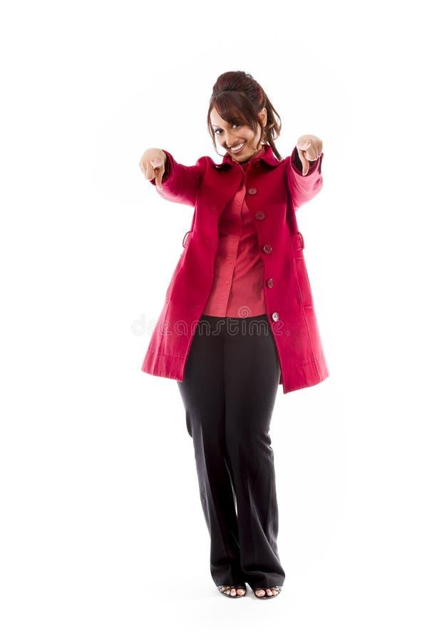 Download Uśmiechnięta Indiańska Młoda Kobieta Wskazuje W Kierunku Kamery Od Oba Ręk Zdjęcie Stock - Obraz złożonej z portret, komunikacja: 41950244
