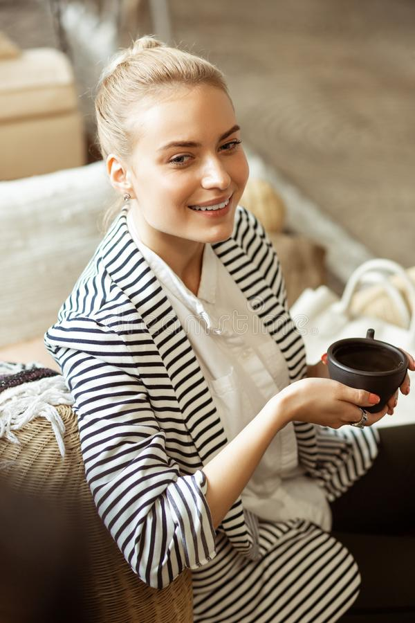 Uśmiechnięta interesująca dama satysfakcjonuje z spokojnym czasu wydatki zdjęcie stock
