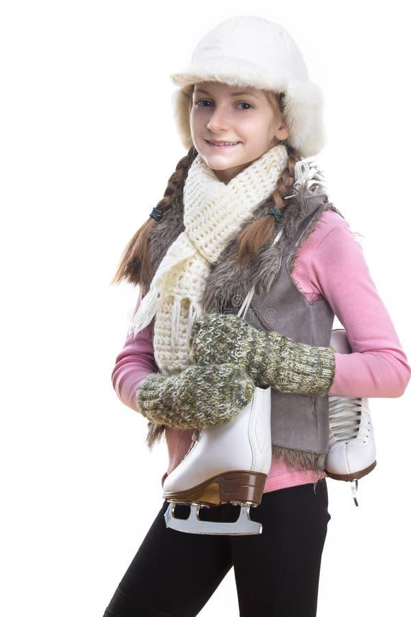 Uśmiechnięta Kaukaska Blond dziewczyna w zimie Odziewa Pozowa? obracam z Lodowymi ?y?wami Nad ramieniem W r?kach W przodzie Przec obraz royalty free