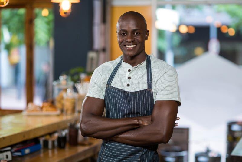 Uśmiechnięta kelner pozycja przy kontuarem w café obrazy royalty free