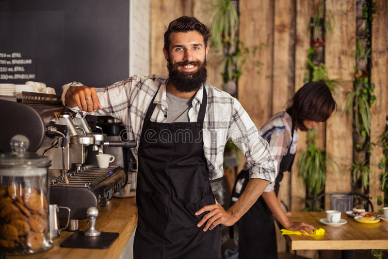 Uśmiechnięta kelner pozycja w kuchni przy café zdjęcie royalty free