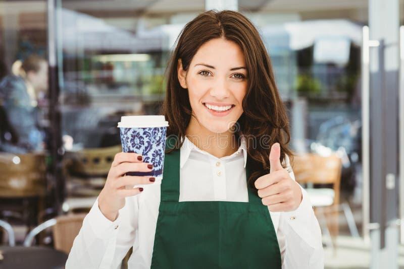 Uśmiechnięta kelnerka słuzyć kawę fotografia royalty free