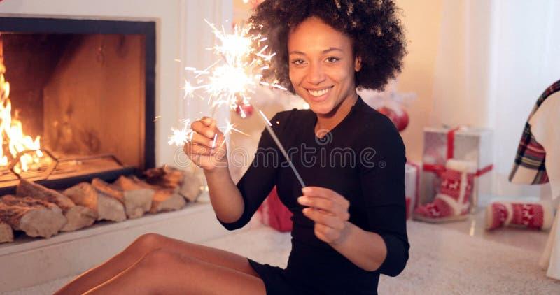 Uśmiechnięta kobieta świętuje Xmas z sparklers zdjęcia royalty free