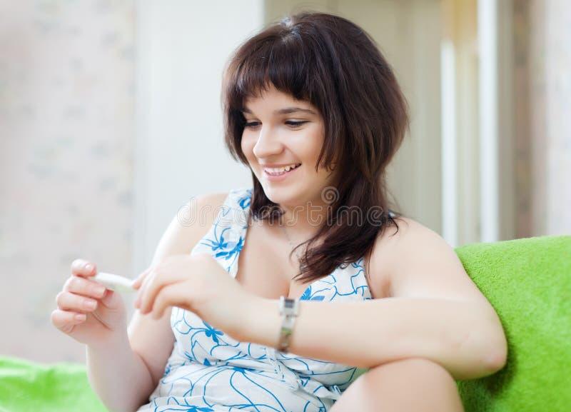 Uśmiechnięta kobieta bada temperaturę obrazy royalty free