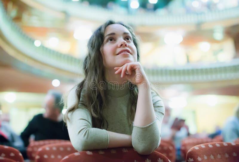 Uśmiechnięta kobieta cieszy się theatre występ zdjęcia stock