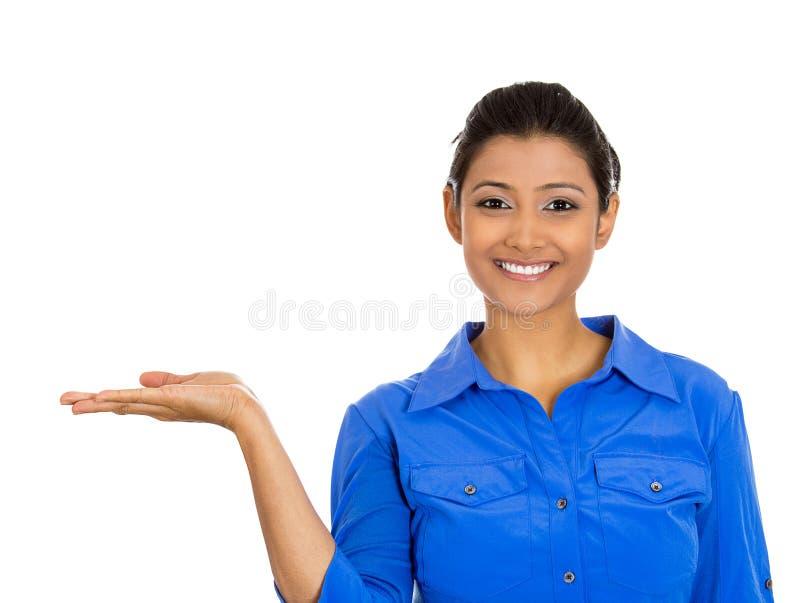 Uśmiechnięta kobieta gestykuluje przestrzeń przy lewicą fotografia stock