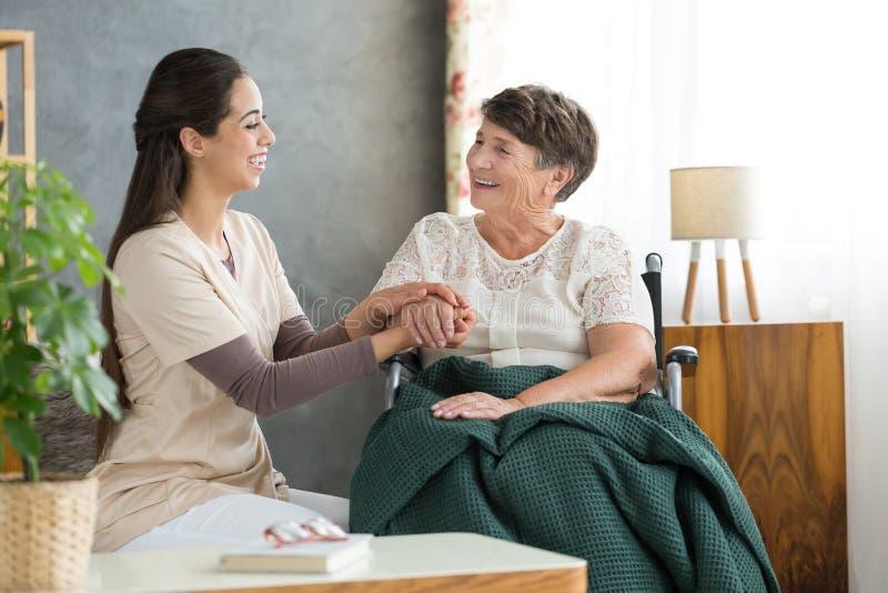 Uśmiechnięta kobieta i szczęśliwa babcia obrazy royalty free