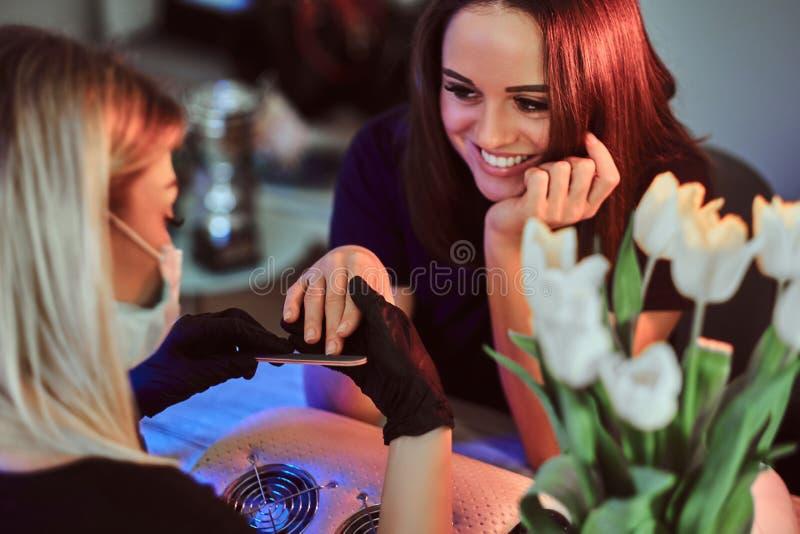 Uśmiechnięta kobieta manicure od manicurzysty zdjęcie royalty free