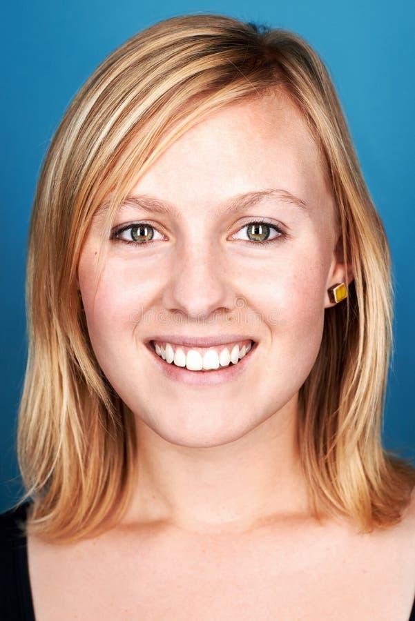Uśmiechnięta kobieta na błękicie zdjęcie royalty free