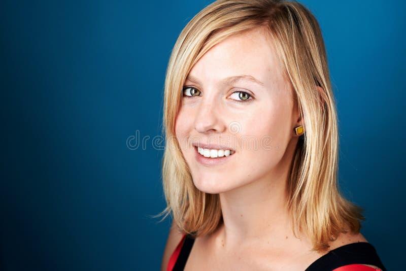 Uśmiechnięta kobieta na błękicie zdjęcia stock
