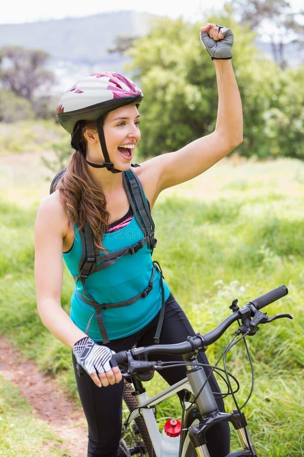 Uśmiechnięta kobieta na jej rowerze obrazy royalty free